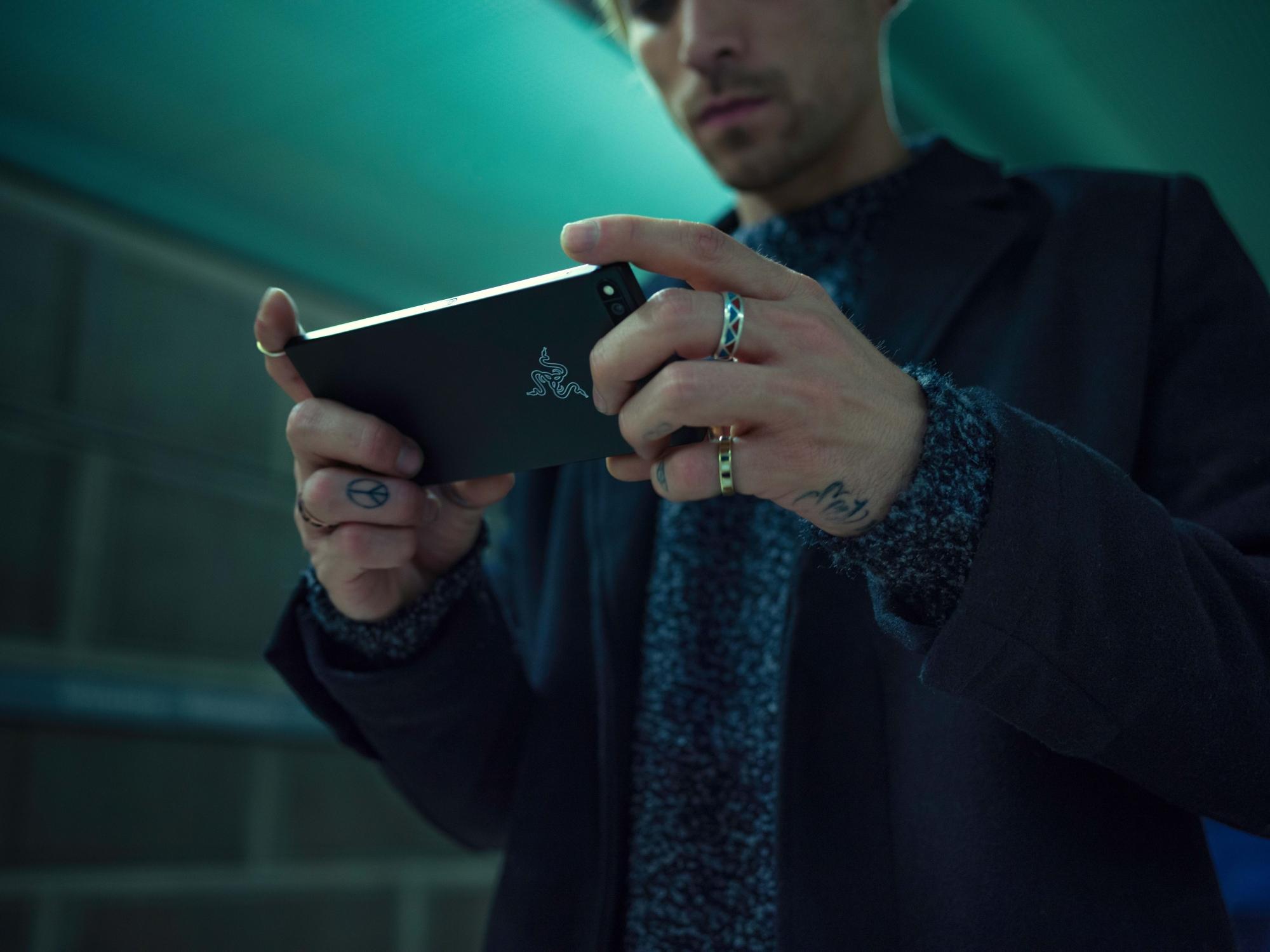 Razer-Phone-Lifestyle-05