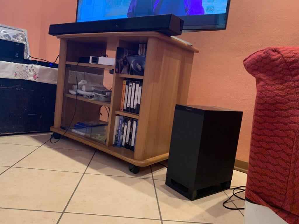 Foto completa di SC-HTB900EGK e subwoofer in ambiente domestico