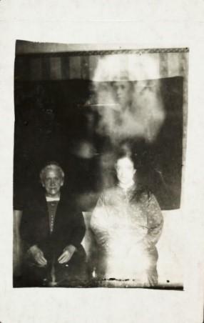 (Immagine 2) Two women with a female spirit (Due donne con uno spirito femminile), c 1920. Crediti: Science & Society Picture Library / Getty Images