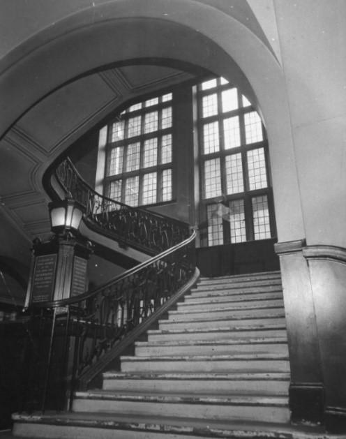 (Immagine 5) The main staircase in Scotland Yard (La scalinata principale a Scotland Yard)… Crediti: Foto di David E. Scherman/The LIFE Picture Collection tramite Getty Images