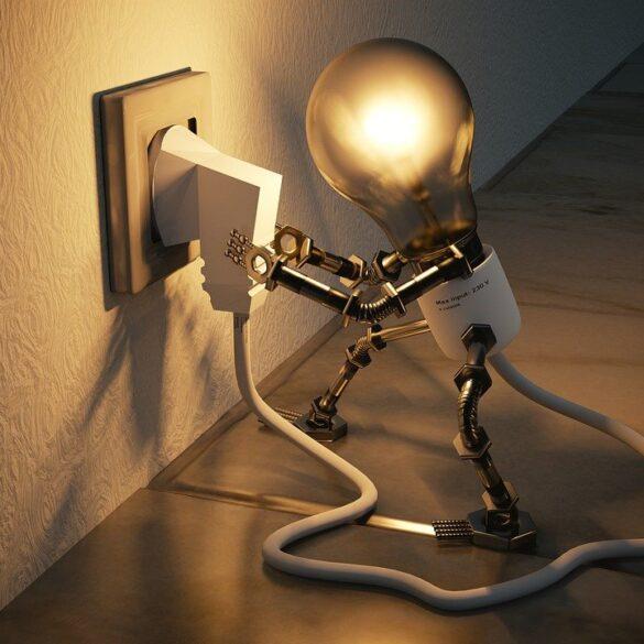 Simpatica lampadina che si connette alla presa elettrica