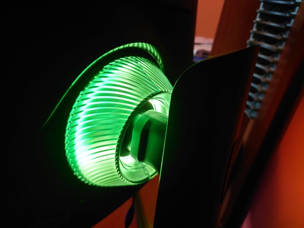 Retro luminoso con inserto LED di Samsung Odyssey G7
