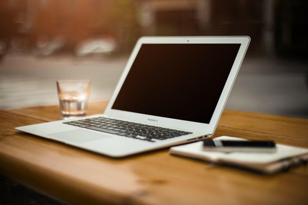 Un PC su una scrivania per il remote working domestico