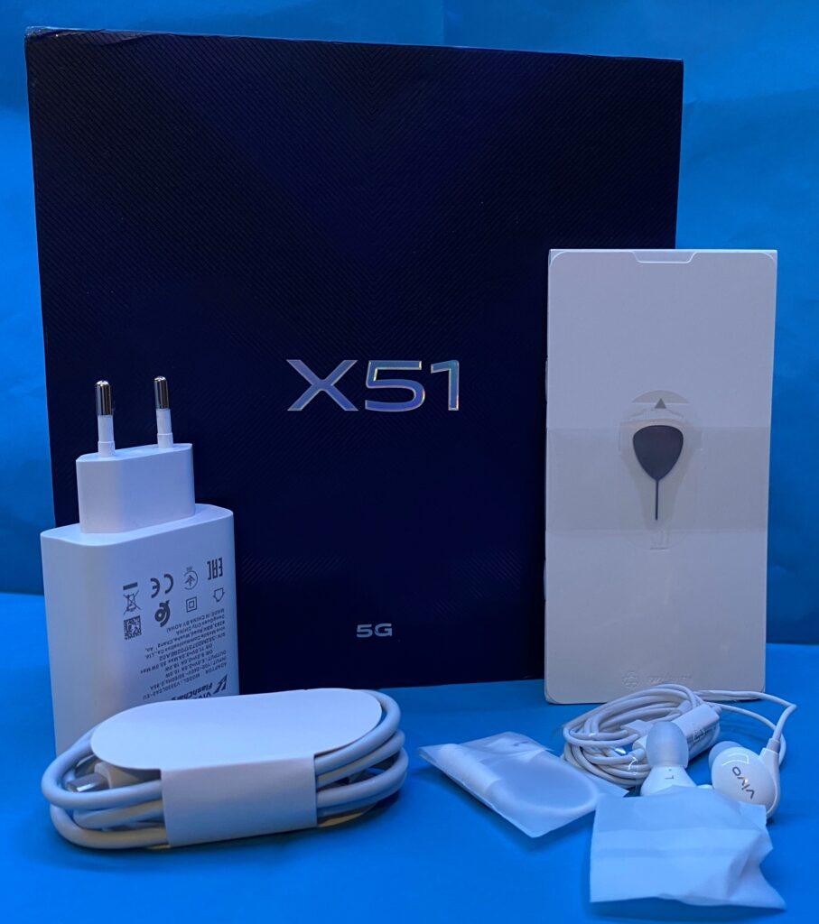 La confezione di Vivo X51 con tutti gli accessori
