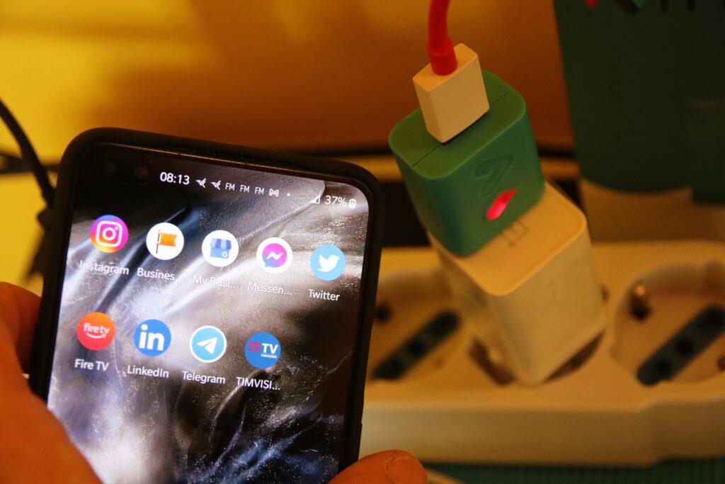 Smartphone collegato a Witty