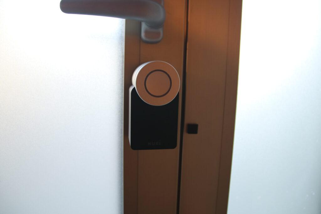 Una foto di Smart Lock 2.0 applicato alla porta