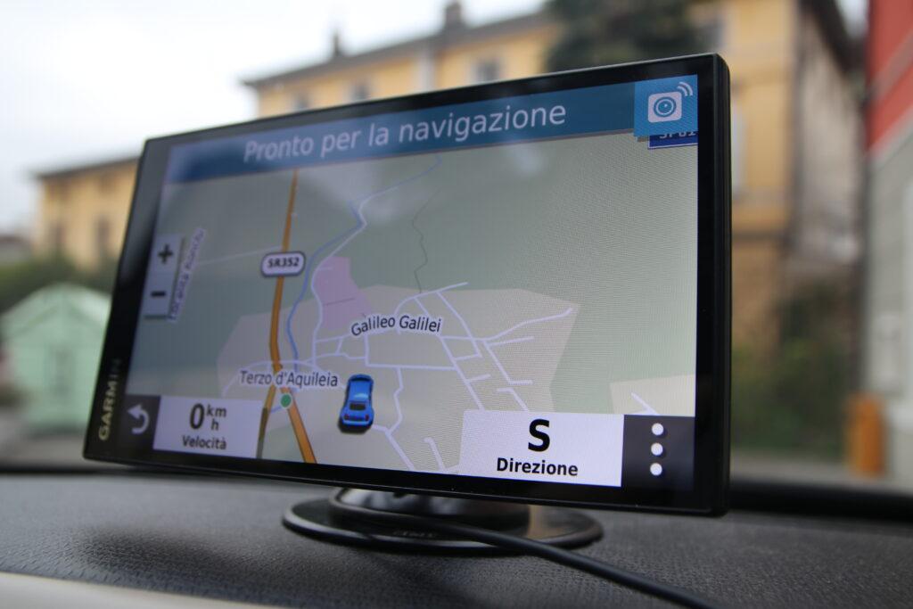 Una foto del navigatore GPS montato sul cruscotto