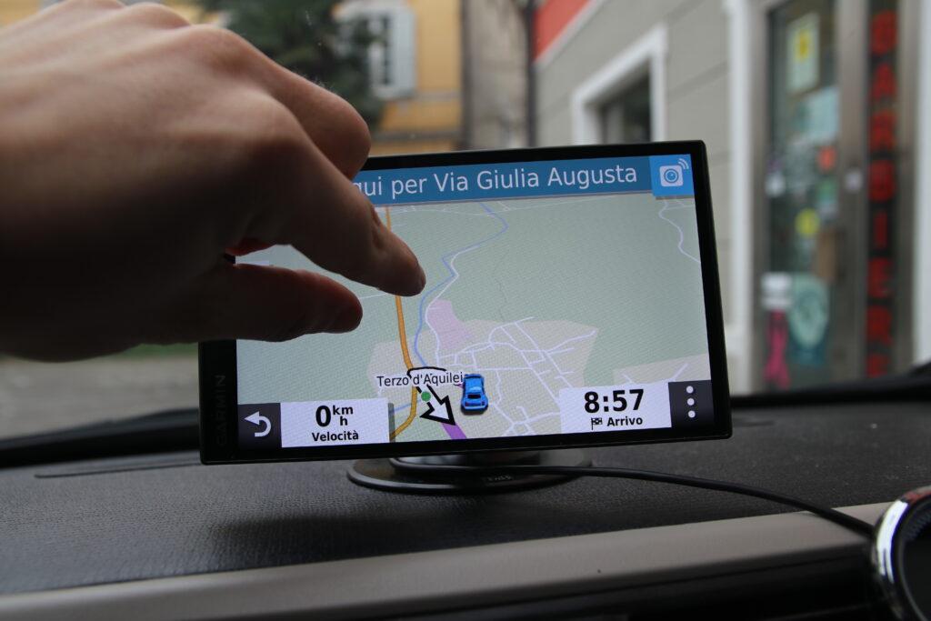 Mappa e navigazione fornite da Garmin