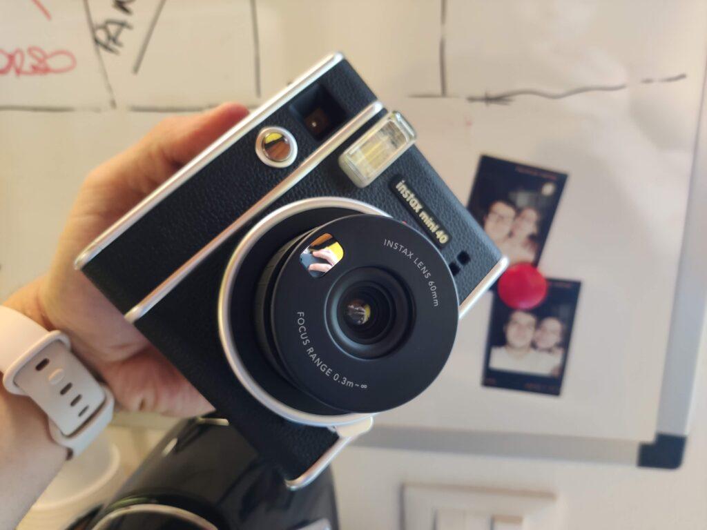 Sullo sfondo alcune fotografie scattate con la instax Mini 40
