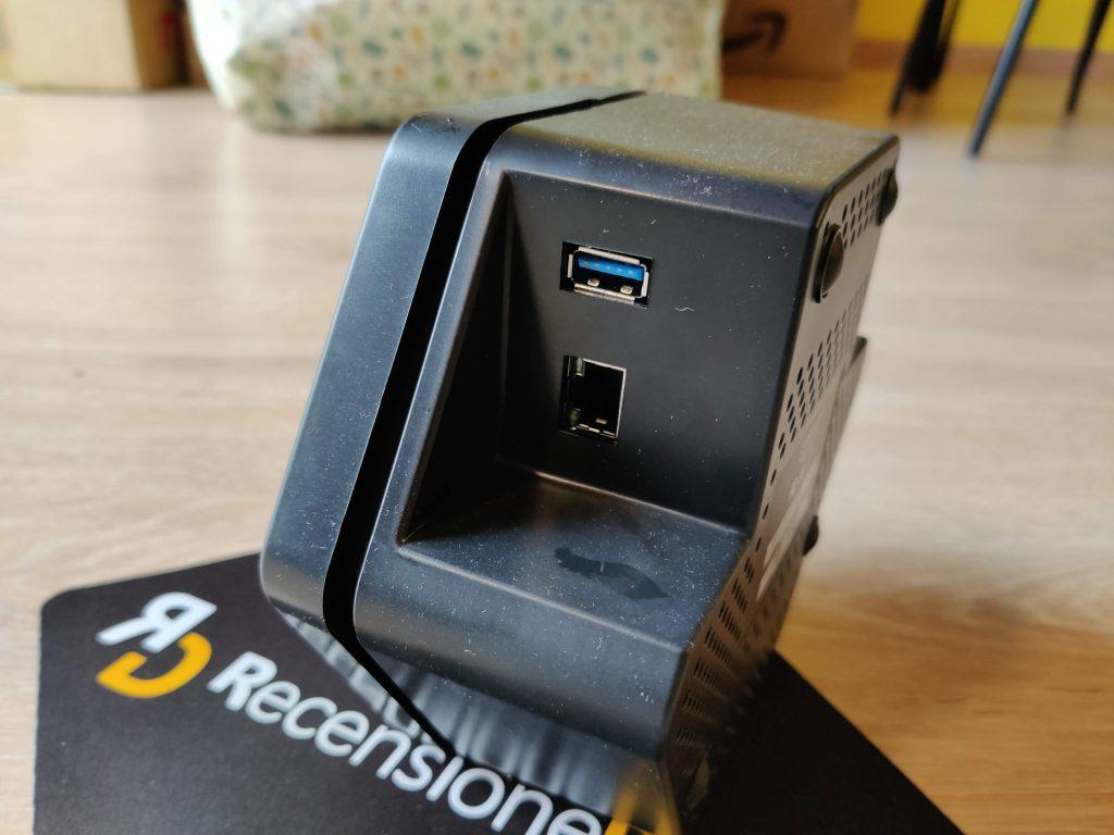 Porta USB e LAN sul lato destro della Cell